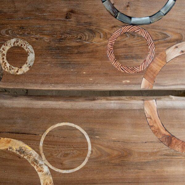 Détail tables basses en bois massif. Orme. Meuble design, unique et original. Table sur mesure. Décoration d'intérieur.