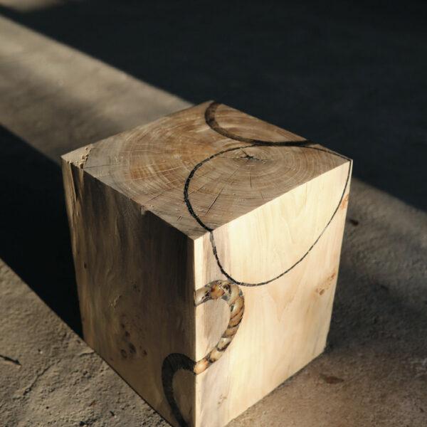 Cube en bois en Peuplier massif. Tabouret, bloc, assise. Meuble original, design et unique sur mesure. Décoration d'intérieur