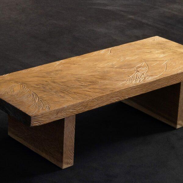 Table basse en bois de chêne massif scupltée. Meuble design et original en série limitée. Table sur mesure. Décoration originale.