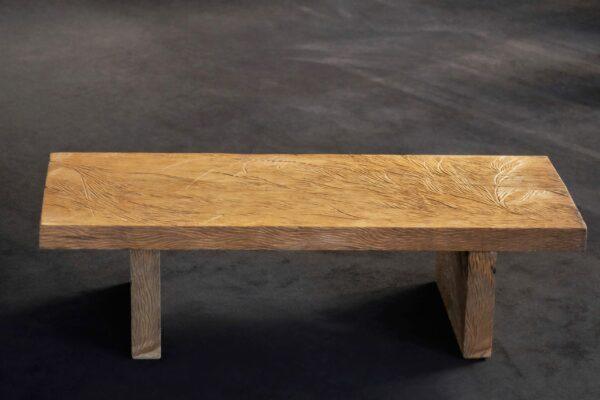 Table basse en bois de chêne massif scupltée.Meuble design et origninal en série limitée. Table sur mesure. Décoration originale.