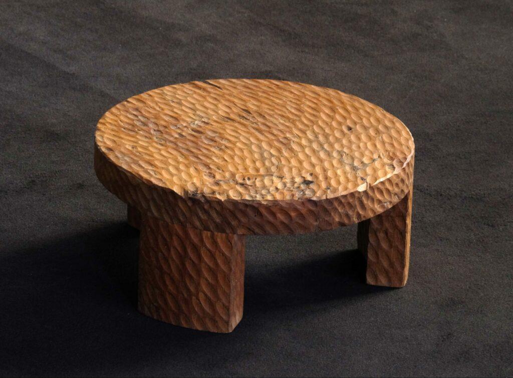 Table gigogne en bois d'orme scupltée à l'arrachée. Meuble design et origninal en série limitée. Table sur mesure. Décoration originale.