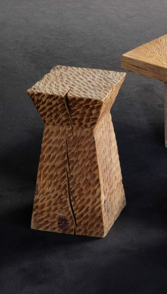 Tabouret en bois à l'arrachée. Douglas. Bloc . Meuble original, design en série limitée. Décoration d'intérieur. Objet de décoration.